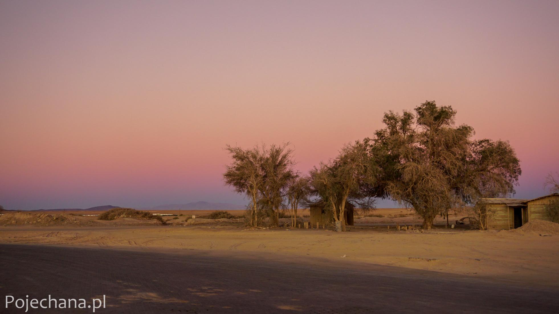 przydrożne pobojowisko w Ameryce Południowej o zachodzie słońca