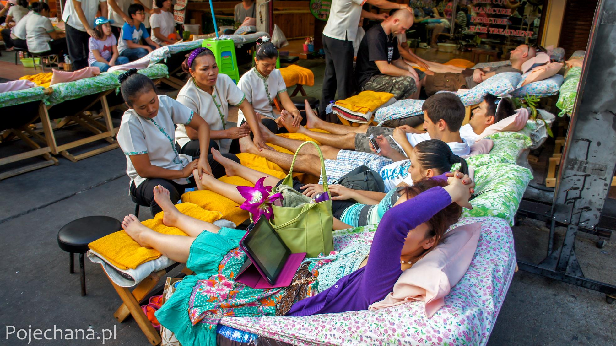 masaż na ulicy w Bangkoku