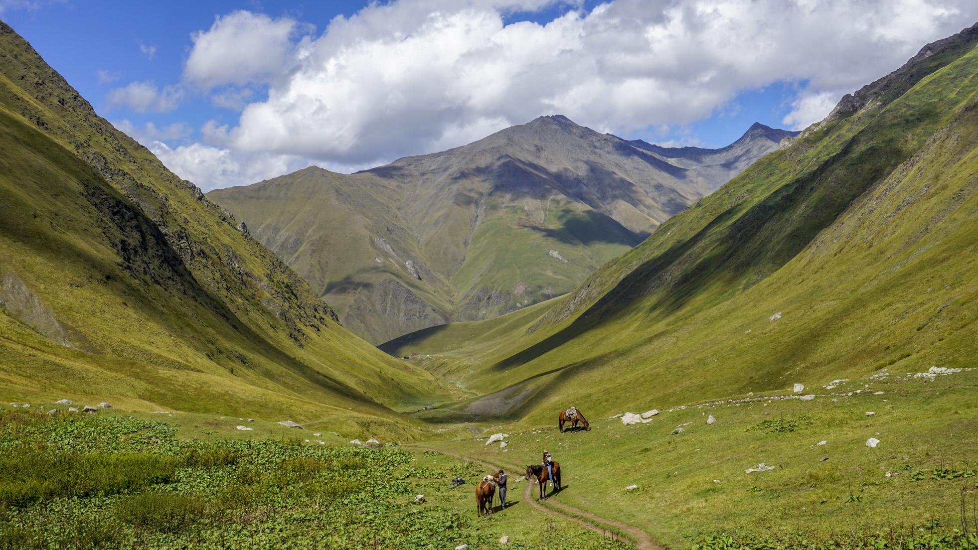 Zielone trekkingi – najpiękniejsze atrakcje Kazbegi