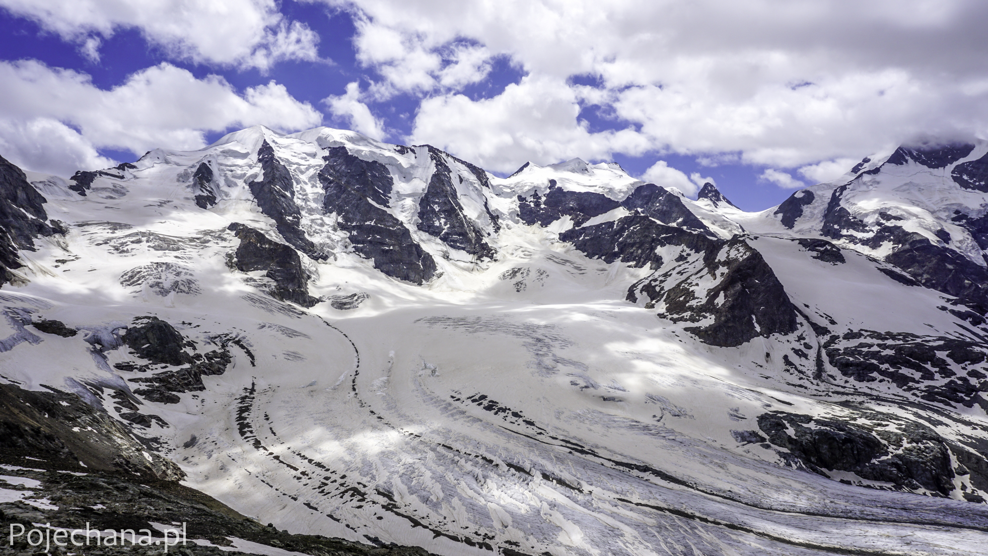 widok na ośnieżone alpejskie szczyty