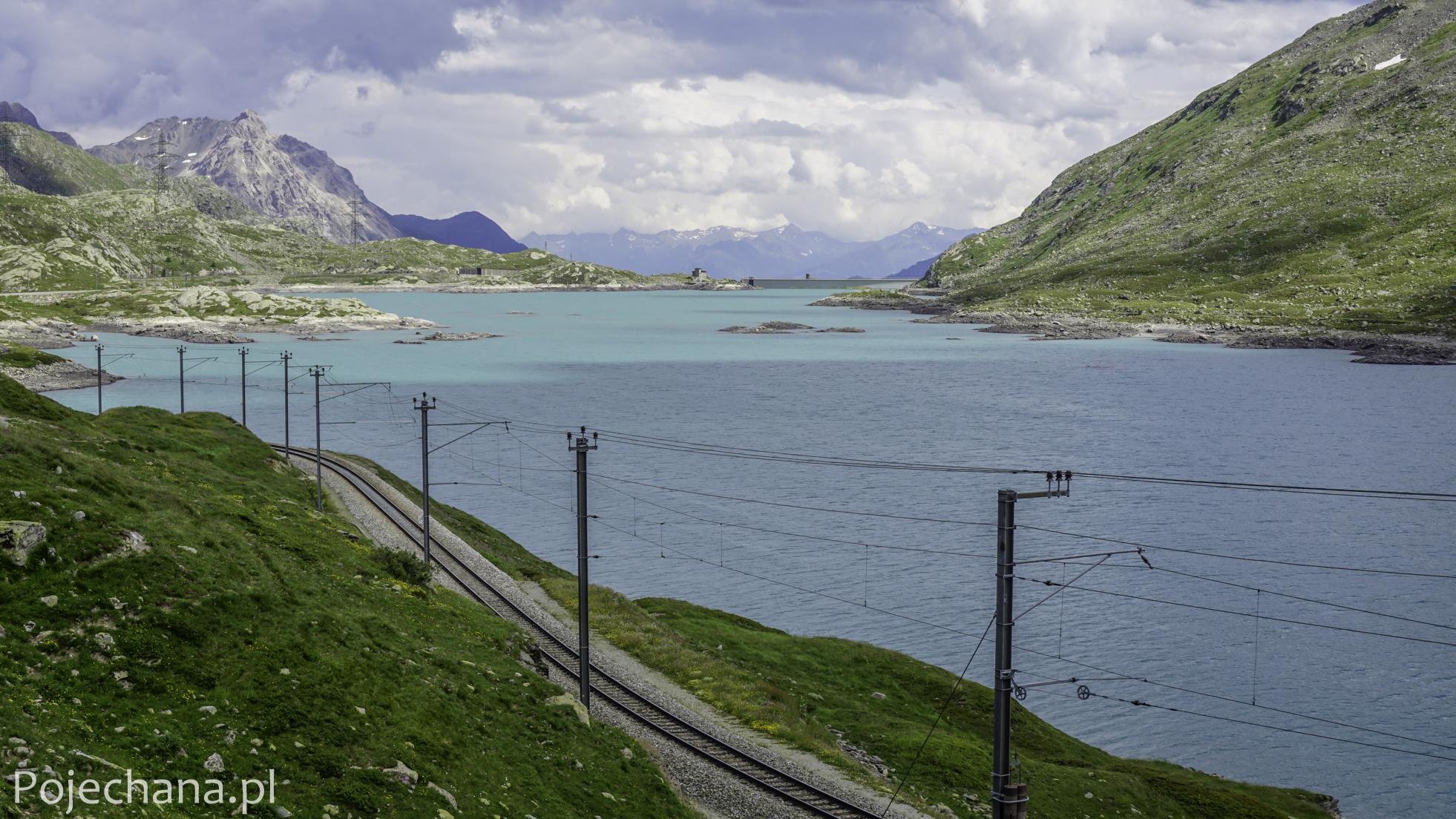 turkusowe jezioro w Alpach