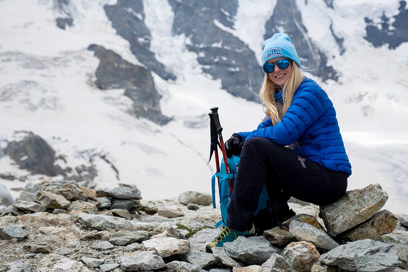uśmiechnięta blondynka na tle białych Alp