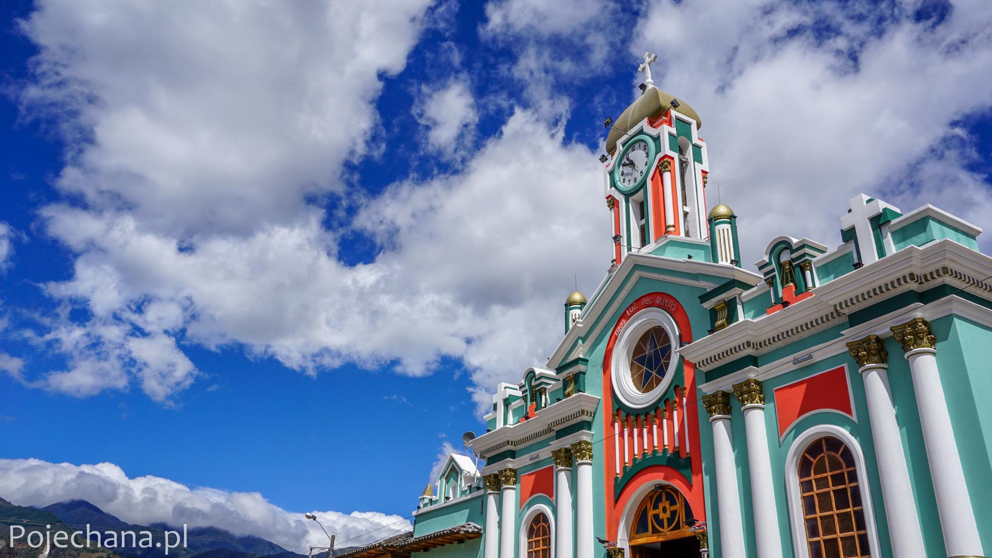 kolorowa fasada kościoła w Ekwadorze