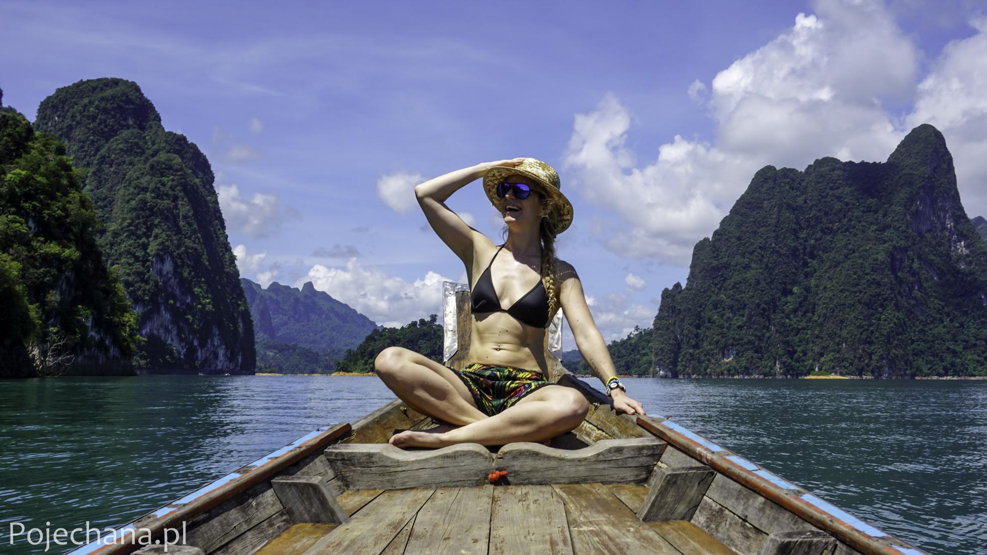 dziewczyna w bikini na łódce w Khao Sok