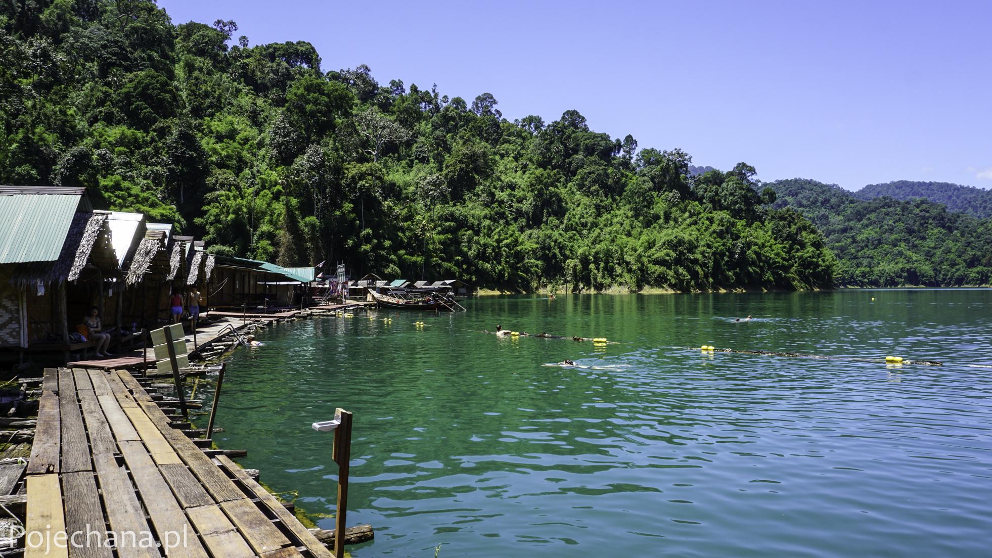 pływające bungalowy w Khao Sok